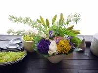 お彼岸のアレンジメント。「明るく。春らしく」。美園8条にお届け。2021/03/23。 - 札幌 花屋 meLL flowers