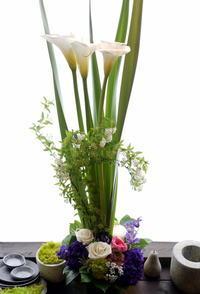 お誕生日のアレンジメント。「背高め。大人。白や紫等」。真駒内柏丘にお届け。2021/03/25。 - 札幌 花屋 meLL flowers