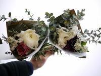 転任される先生へミニブーケ2つ。「白~グリーン系、ナチュラル」。2021/03/25。 - 札幌 花屋 meLL flowers