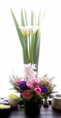お父様の御命日にアレンジメント。「華やかな感じ」。青葉町にお届け。2021/03/26。 - 札幌 花屋 meLL flowers