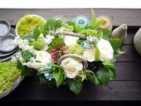 お誕生日のアレンジメント。「水色を入れて、爽やかな感じに」。平岸3条にお届け。2021/03/26。 - 札幌 花屋 meLL flowers
