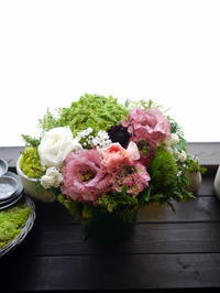 一周忌にアレンジメント。「背は高くせず丸い感じで。色等おまかせ」。旭ヶ丘にお届け。2021/03/27。 - 札幌 花屋 meLL flowers