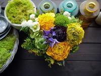 ライブをされる「八十八ヶ所巡礼」さんへのアレンジメント。「黄色メインに、紫を少し入れて、春らしい感じ」。札幌SPiCEにお届け。2021/03/27。 - 札幌 花屋 meLL flowers