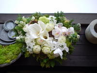 定年退職される先生へのお祝いにアレンジメント。「白と緑を基調に」。留萌市の中学校に発送。2021/03/28発送(2021/03/29着)。 - 札幌 花屋 meLL flowers