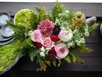 お誕生日のアレンジメント。「春らしく。はっきりした色合い。元気になれる感じ」。美深町に発送。2021/03/30着。 - 札幌 花屋 meLL flowers
