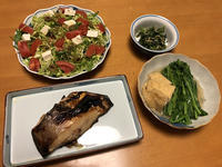 マナガツオの塩麹味噌焼きと、香草サラダと、野良ぼう菜とお揚げの煮びたしと、大根葉炒め、それにお味噌汁 - かやうにさふらふ