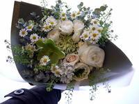 娘さんの小学校入学のお祝いに花束。「白~グリーン系」。東札幌にお届け。2021/04/06。 - 札幌 花屋 meLL flowers