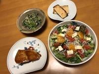 カジキのくわ焼きと、オレンジとしらすの香草サラダと、小松菜のごまじゃこ和えと、油揚げ素焼き、それにお味噌汁 - かやうにさふらふ