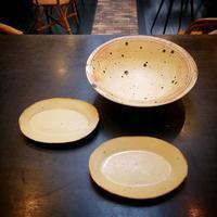 陶芸家「 古谷 朱里 」氏 の「 イエローソルト 楕円皿 」と「 イエローソルト 鉢 」 - Salon de deux H
