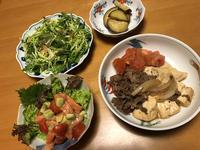 肉豆腐と、サーモンとアボカドのトマト和えと、春キャベツのサラダと、さつま芋のレモン煮、それにお味噌汁 - かやうにさふらふ