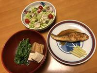 目鯛のバター醤油と、野良ぼう菜と絹揚げの煮びたしと、春キャベツのサラダ、それにお味噌汁 - かやうにさふらふ