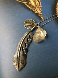 No.90 聖ベネディクトのメダイと羽根、貝のペンダント - Mistletoe