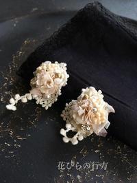 小さな花束~エクリュ色イヤリング~2種 - 布の花~花びらの行方 Ⅱ