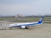 ANA B787-8 JA807A 伊丹空港にて - 人生・乗り物・熱血野郎