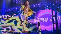 サレイ、KUSHIDAがイケメン二郎のWWE初勝利を祝福 - WWE Live Headlines
