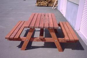 お庭に木のガーデン家具を