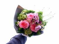 あえて遅れての母の日に花束。「華やかな感じ。カーネーションを使って」。平和通10にお届け。2021/05/12。 - 札幌 花屋 meLL flowers
