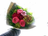 あえて遅れての母の日に花束。「濃いピンク系」。澄川3条にお届け。2021/05/12。 - 札幌 花屋 meLL flowers