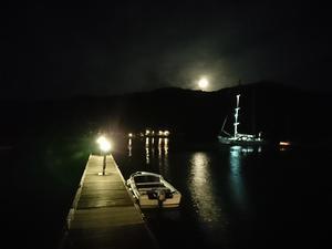 やっと月が山の向こうから顔を出して -