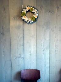 お母様のお誕生日にドライフラワー系(一部プリザーブドフラワー)のリース。直径30cm程。「白、緑~グリーン系ナチュラル」。山形県鶴岡市に発送。2021/05/31着(2021/05/29発送)。 - 札幌 花屋 meLL flowers