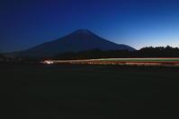 令和3年5月の富士(10)車両の光跡と富士 - 富士への散歩道 ~撮影記~