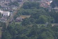 緑の森と住宅に沿って走る汽車- 2021年春・秩父鉄道 - - ねこの撮った汽車