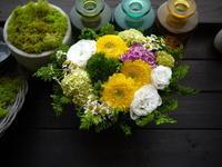 十三回忌にアレンジメントと生花(花瓶持込)。「トルコキキョウとガーベラを使って、白~グリーン、黄色等、淡い色合いで」。2021/06/04。 - 札幌 花屋 meLL flowers