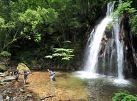 滝に遊ぶ子供たち馬場の滝 - 大山山麓、山、滝、鉄道風景