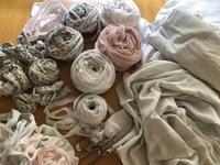 古い寝具類を裂いています。 - 手染めと糸のワークショップ