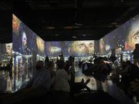 ゴッホのデジタル展に没入、包帯を巻いて巨匠になりきってみた! - 黒部エリぞうのNY通信