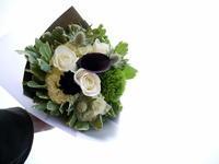 ヨガの先生へのお礼に花束。「白メインに黒をポイントに」。大通西6にお届け。2021/07/24。 - 札幌 花屋 meLL flowers