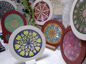 雑貨屋toitoitoiさまでワークショップ - R&P Works(Rosewindows & plants works) ヨーロッパ発祥の、ステンドグラスを紙で切り絵して作る「ローズウィンドウ」や植物を窓辺に飾りましょう★
