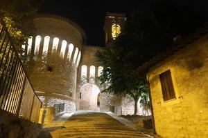 城門と町並み夜もきれいコルチャーノ - イタリア写真草子
