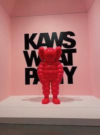 ストリート×ポップアート 人気のKAWSは物販がカギ! - 黒部エリぞうのNY通信