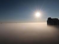 霧の海に鉄塔が浮かぶ眺め - ニッキーののんびり気まま暮らし
