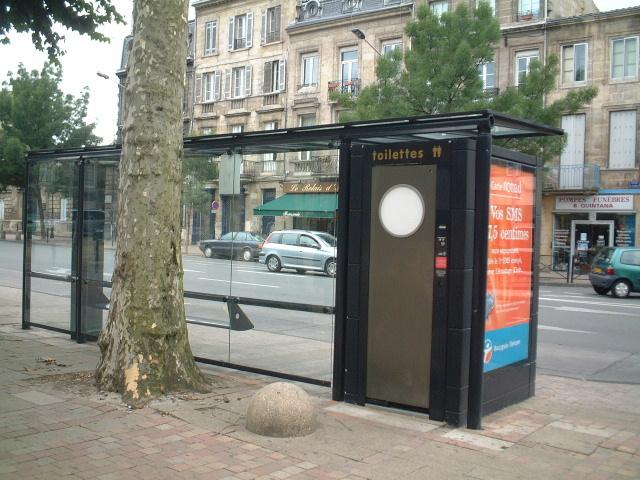■バス停のトイレ・・・_a0008105_214115.jpg