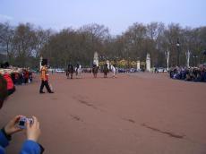 騎馬警官たちと出てきた近衛兵