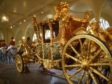 金々満々の王室用馬車