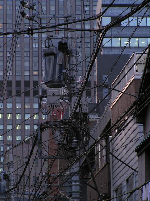 電線とビル