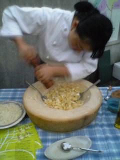 チーズの器で食べる_b0046388_161356.jpg