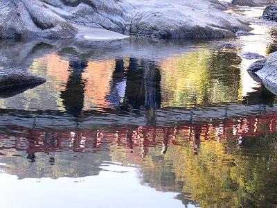 川面に映った紅葉狩_a0020615_1742654.jpg