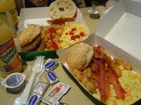 こんな朝ごはん、旅先だからぺろっと食べちゃうんですよね。普段なら絶対見ただけでお腹いっぱい…