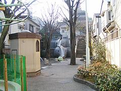 10年ぶりの象の滑り台2(神楽坂・あかぎ児童遊園)_a0028451_2284193.jpg