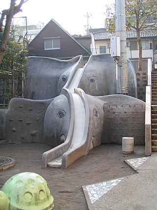 10年ぶりの象の滑り台2(神楽坂・あかぎ児童遊園)_a0028451_2292659.jpg