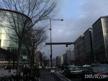 この通りは祇園祭の関係もあって、初めて来る人はまず大抵驚くほど整備されています。