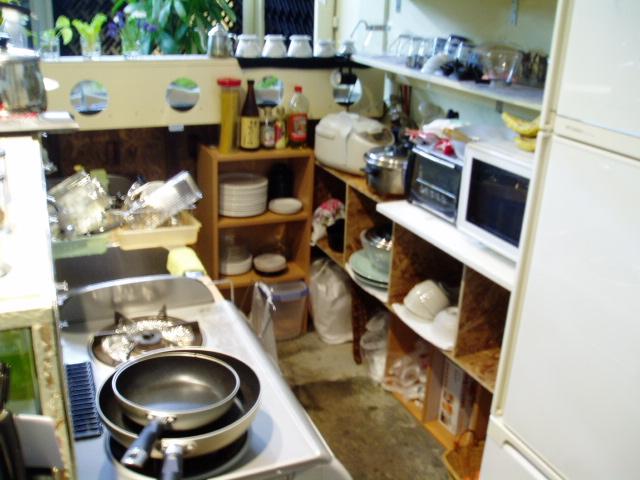 機能的にカウンターと厨房周りを改装中です。_c0010936_1372998.jpg