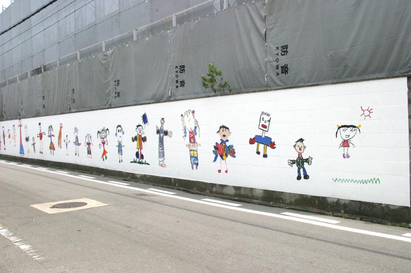 2004年6月17日◆保育所の子供たちの絵が、フローリス工事現場の壁画になりました。_d0037159_1139444.jpg