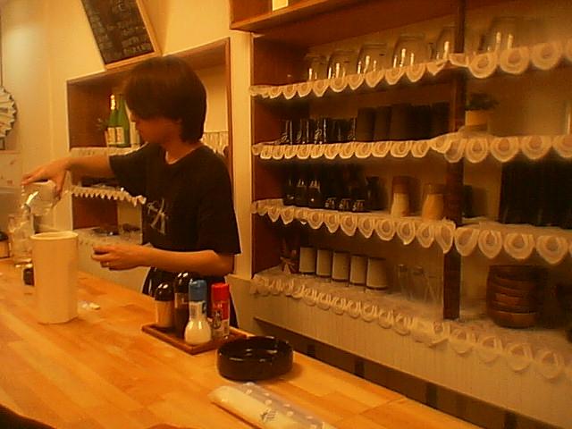 立ち呑みの本場での「小さな蔵で」という店に魅せられた。_c0061686_8262529.jpg