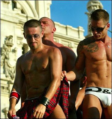 Gays, lesbianas y transexuales celebran en Madrid el avance de sus derechos - AFP_d0066343_10431980.jpg