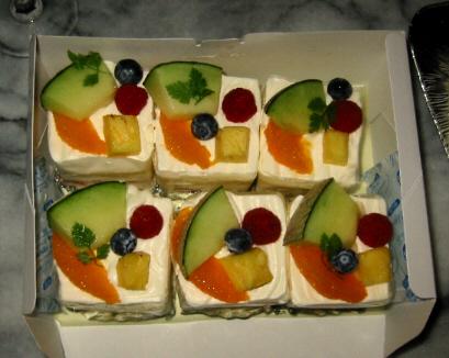 6個のショートケーキ。こちらもメロンやオレンジが乗ったフルーツたっぷりのケーキ。